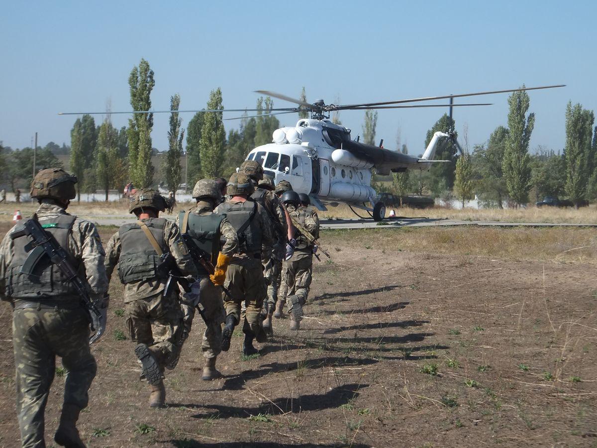 """Миколаївські """"крилаті піхотинці"""" десантувались з Мі-8 без парашутів - фото 4"""