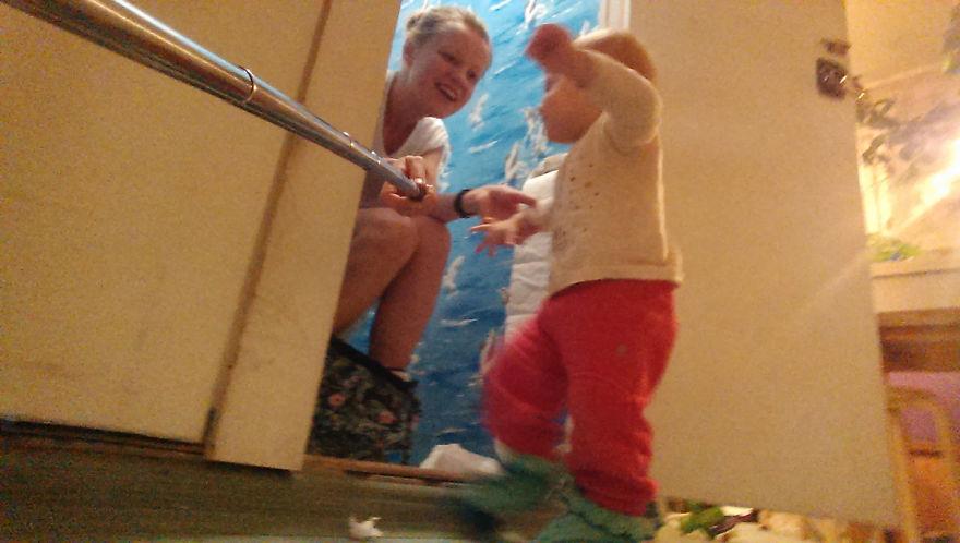 Росіянка з селфі-палкою показала, як насправді виглядає день матусі - фото 3