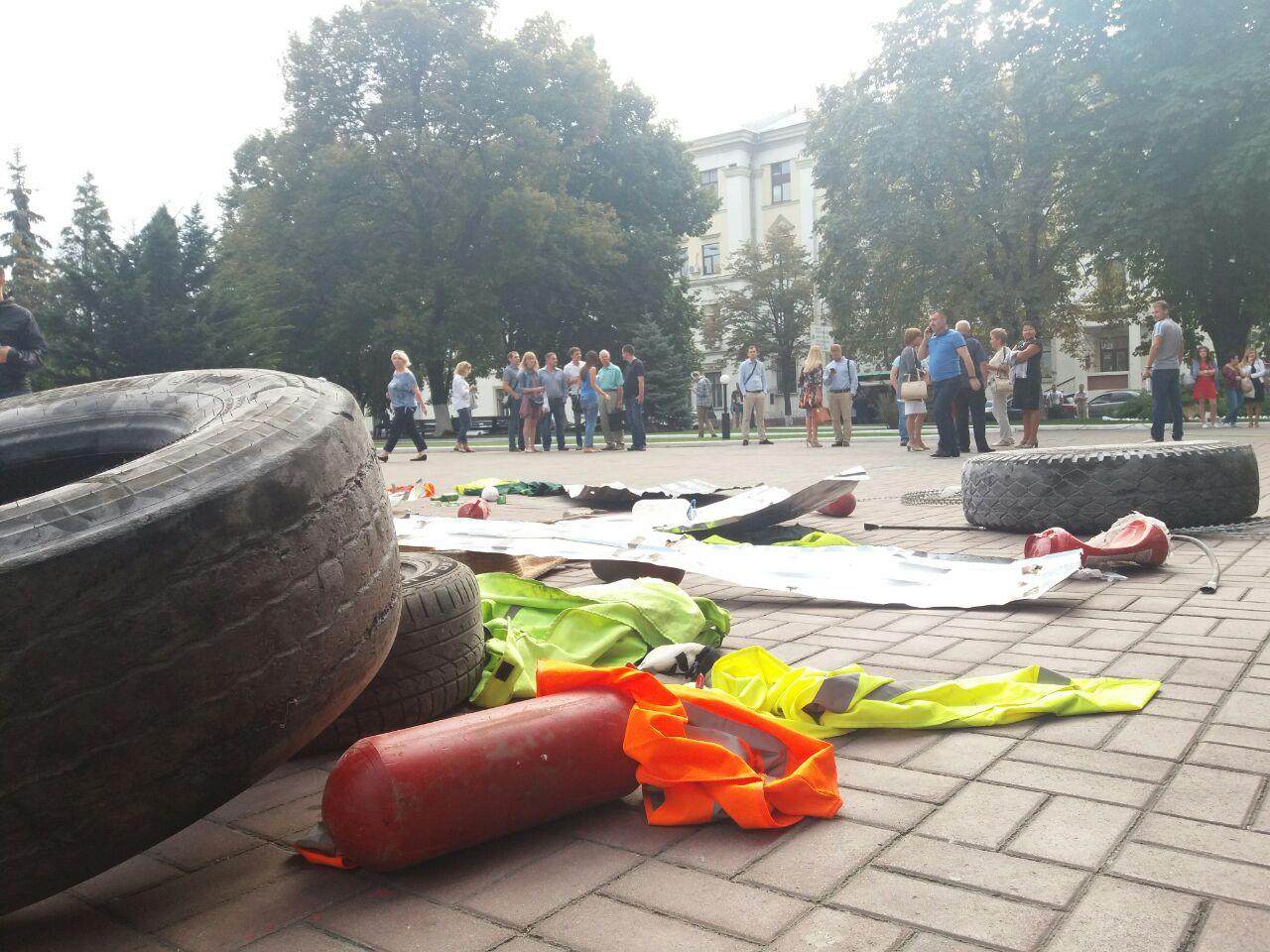 """Цивільний корпус """"Азов"""" блокує """"Київміськбуд"""" - фото 1"""
