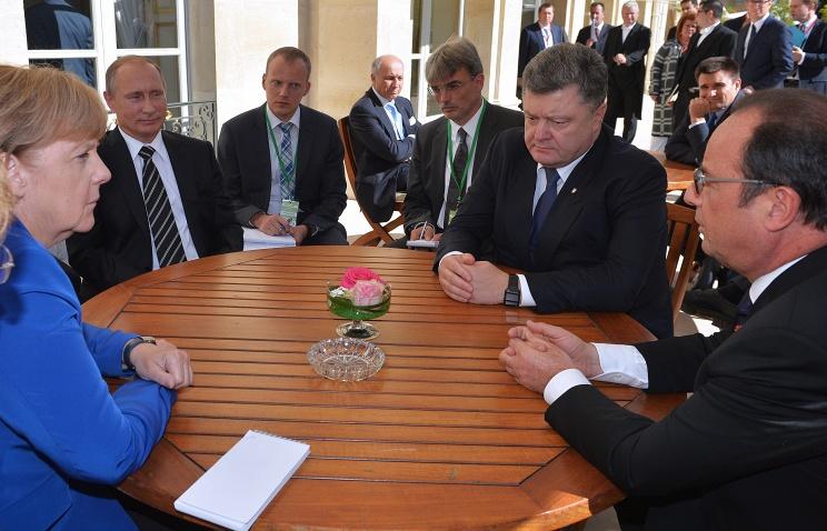 """""""Нормандські"""" лідери сіли за столиком з попільничкою просто на вулиці (ФОТОФАКТ) - фото 1"""