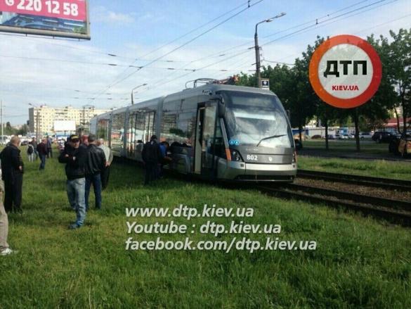 У Києві з рельс зійшов новий швидкісний трамвай - фото 1