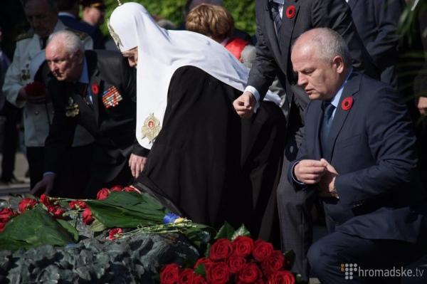 Порошенко на колінах та молитва за Україну: Як у Києві святкують 9 травня - фото 5