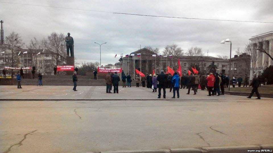 """Кримські пенсіонери пікетують """"Гобліна"""" через високі ціни та безробіття - фото 1"""