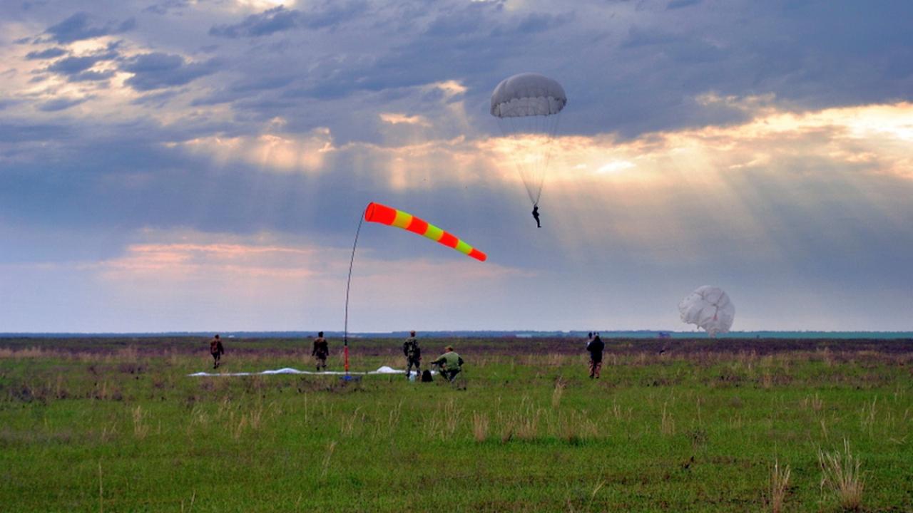 На Миколаївщині десантники відпраьовували техніку стрибків з парашутом - фото 4