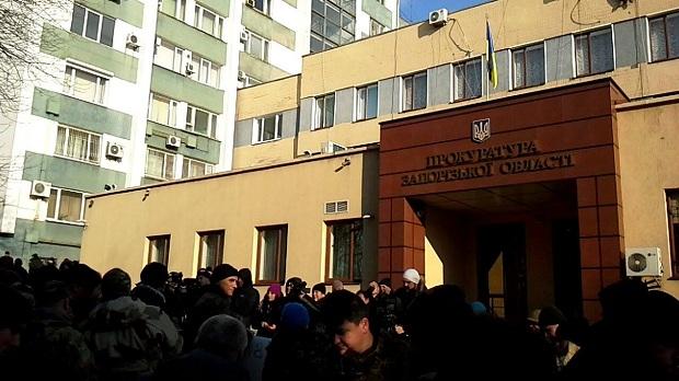 УЗапоріжжі мітингувальники закидали яйцями будівлю обласної прокуратури