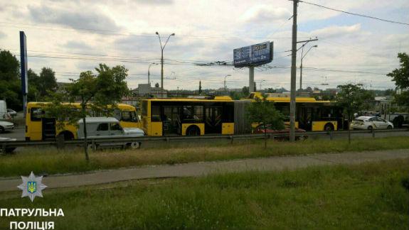 У Києві зіштовхнулися маршрутка з тролейбусом: пасажирку забрала швидка  - фото 1