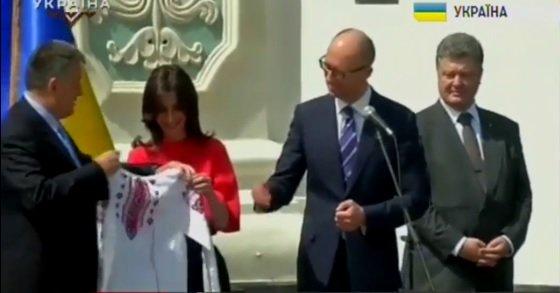 """Яценюк та Аваков подарували Еці Згуладзе вишиванку з надписом """"Берегиня поліції"""" - фото 2"""