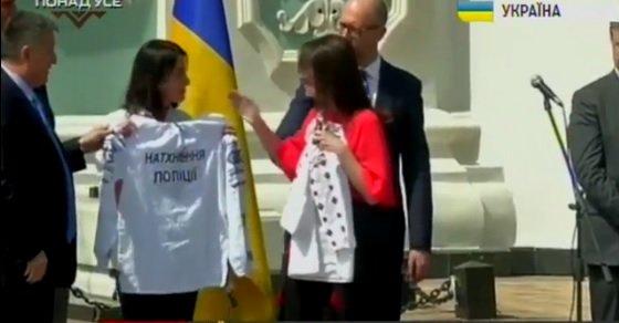 """Яценюк та Аваков подарували Еці Згуладзе вишиванку з надписом """"Берегиня поліції"""" - фото 1"""