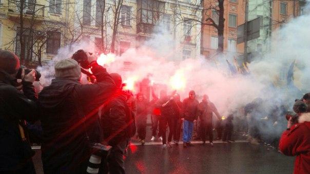 """Активісти """"Азова"""" влаштували """"вогневе шоу"""" під СБУ - фото 5"""