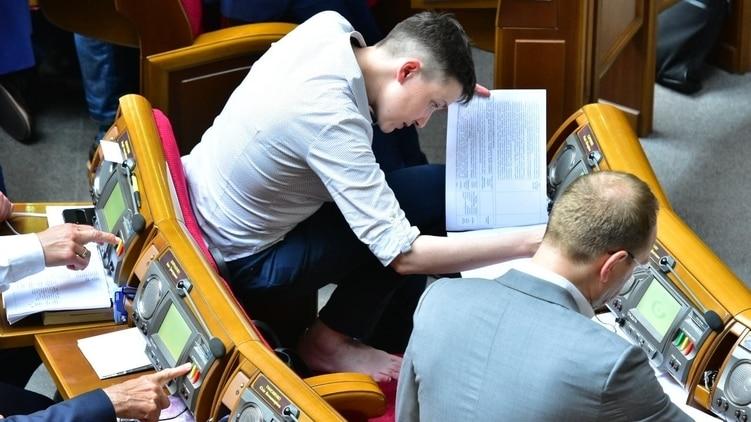Як Савченко босоніж голосувала у Раді  - фото 2