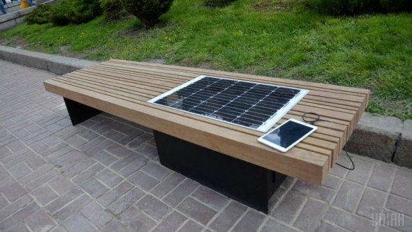 Розумний відпочинок: У столиці встановили першу лавку з вбудованою сонячною батареєю - фото 1