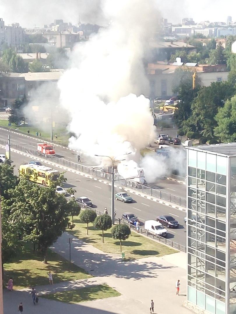 На проспекті Гагаріна спалахнув цементовоз: опубліковане відео (ВІДЕО, ФОТО)  - фото 7