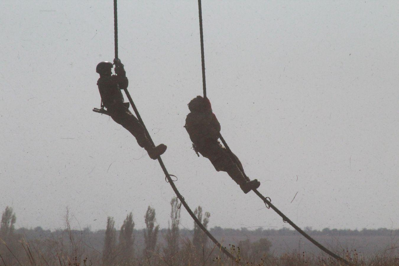 """Миколаївські """"крилаті піхотинці"""" десантувались з Мі-8 без парашутів - фото 3"""
