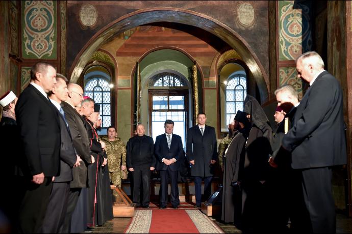 Порошенко разом з представниками різних церков помолився за Україну - фото 1