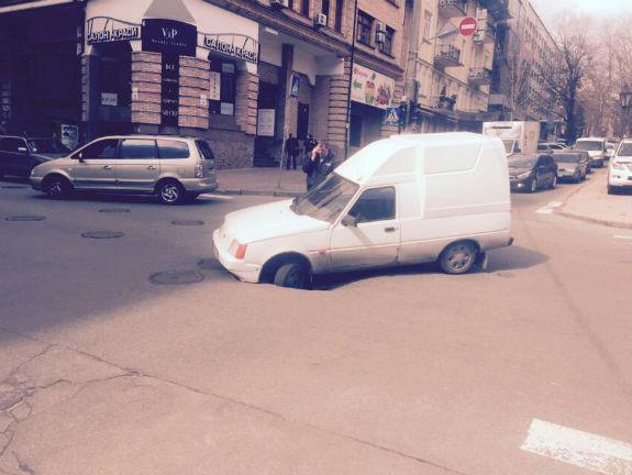 В центрі Києва провалився асфальт: під землю пішов автомобіль  - фото 3