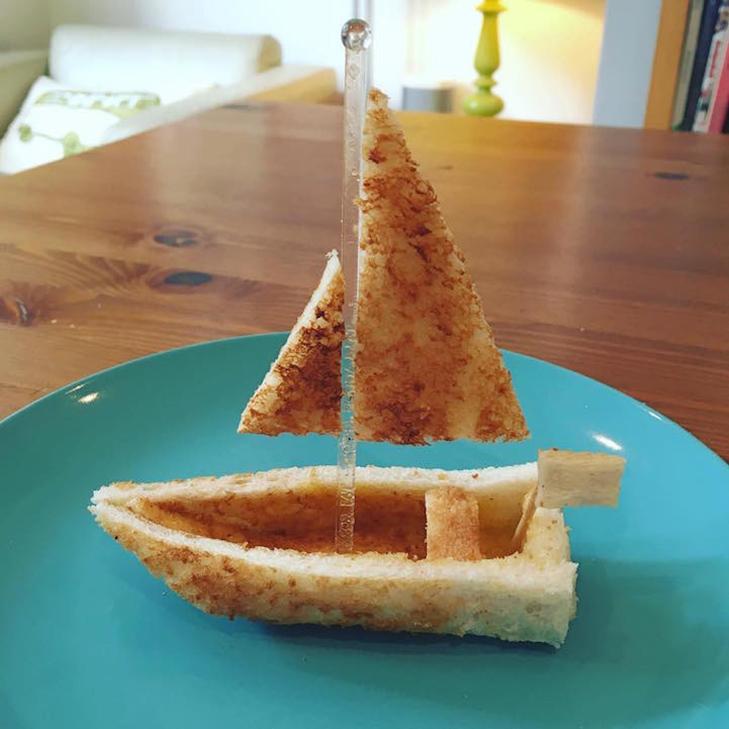Неймовірні скульптури з тостів, які батько створює для хворої дочки - фото 4