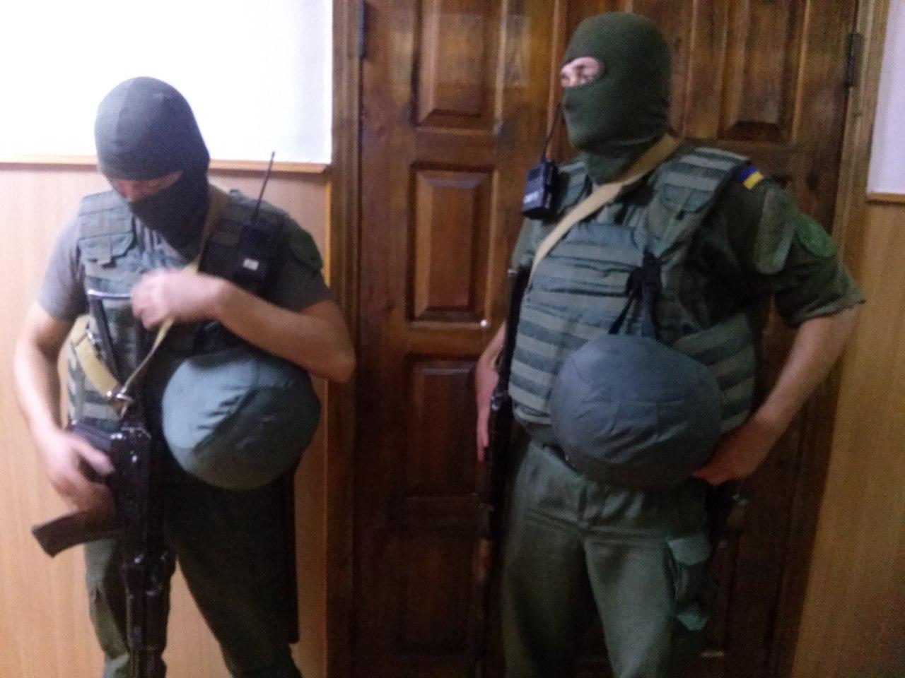 У Харкові Штепу доставили в суд собака та озброєні чоловіки  - фото 2