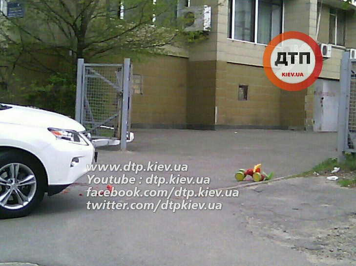 У Києві жінка на Lexus двічі переїхала дитину - фото 1