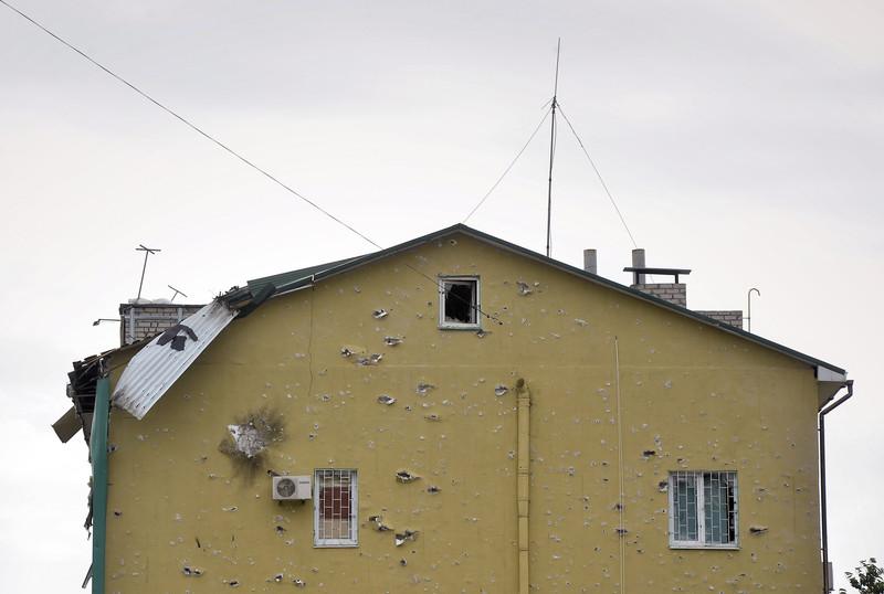 Штурм луганської прикордонної застави і вибух у будівлі ОДА (ФОТО ВІДЕО) - фото 11