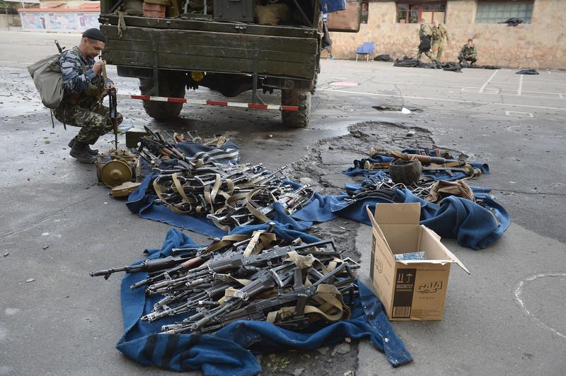 Штурм луганської прикордонної застави і вибух у будівлі ОДА (ФОТО ВІДЕО) - фото 14