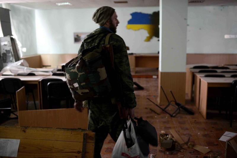 Штурм луганської прикордонної застави і вибух у будівлі ОДА (ФОТО ВІДЕО) - фото 9