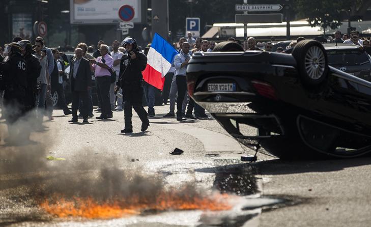 Таксисти взяли приклад із французів і протестували проти Uber вогнем - фото 12
