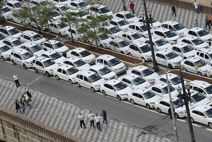 Таксисти взяли приклад із французів і протестували проти Uber вогнем - фото 18