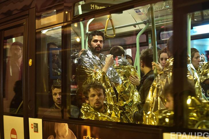 П'ятниця, 13-те у Парижі: Близько 150 загиблих, сотні поранених (ФОТОРЕПОРТАЖ) - фото 10