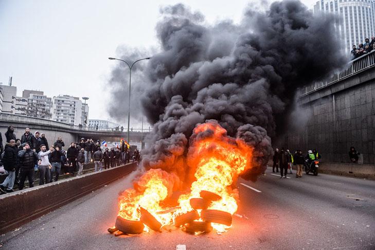 Таксисти взяли приклад із французів і протестували проти Uber вогнем - фото 13