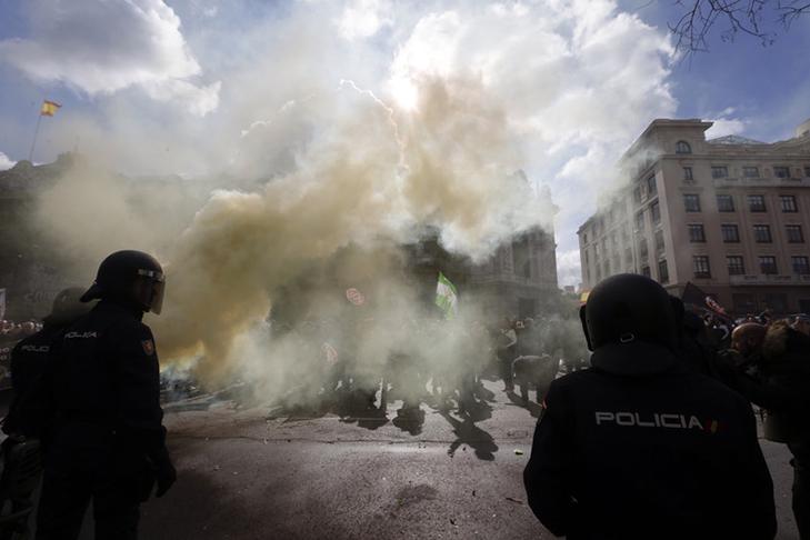 Таксисти взяли приклад із французів і протестували проти Uber вогнем - фото 16