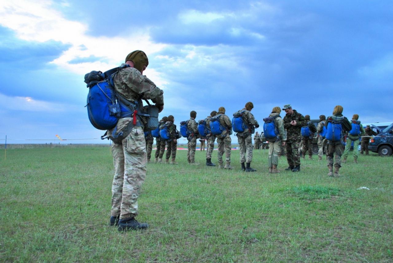На Миколаївщині десантники відпраьовували техніку стрибків з парашутом - фото 2