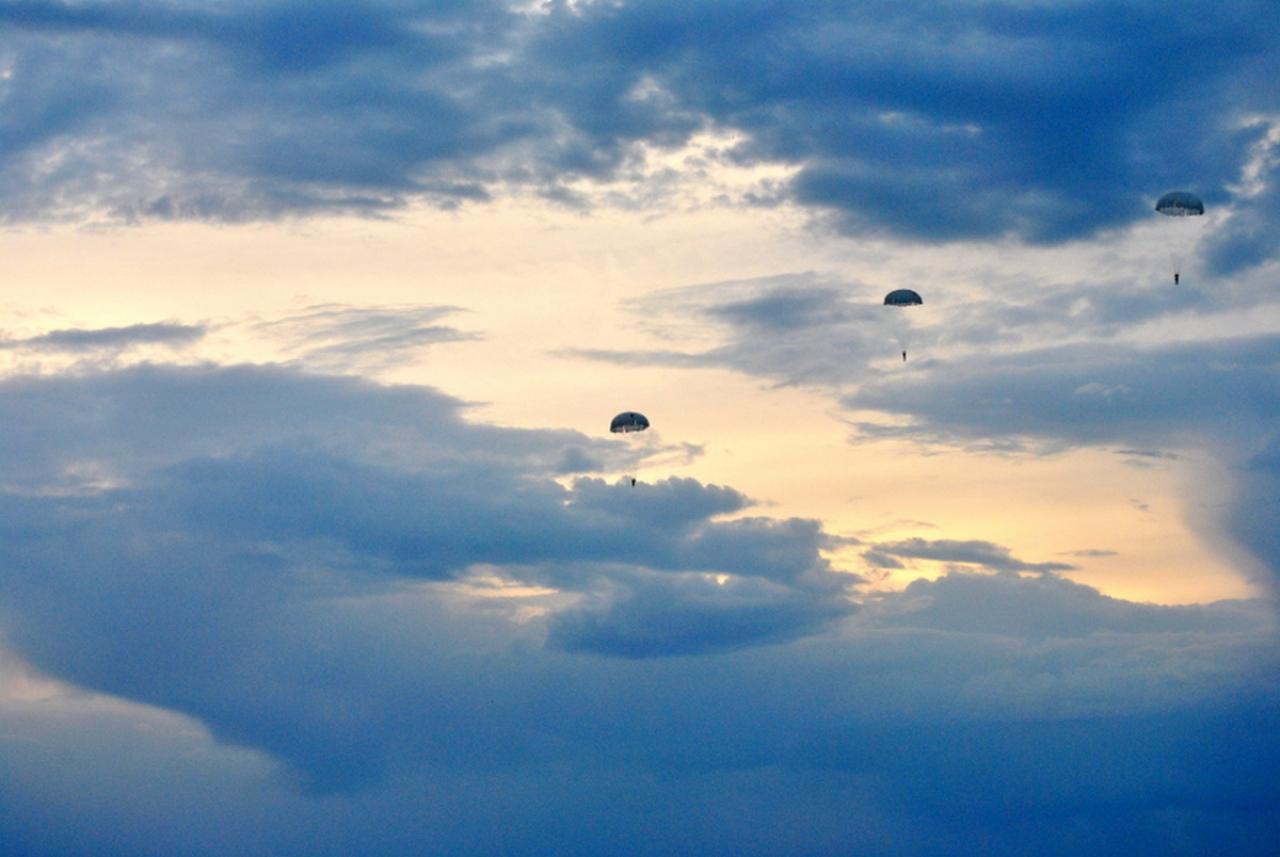 На Миколаївщині десантники відпраьовували техніку стрибків з парашутом - фото 1