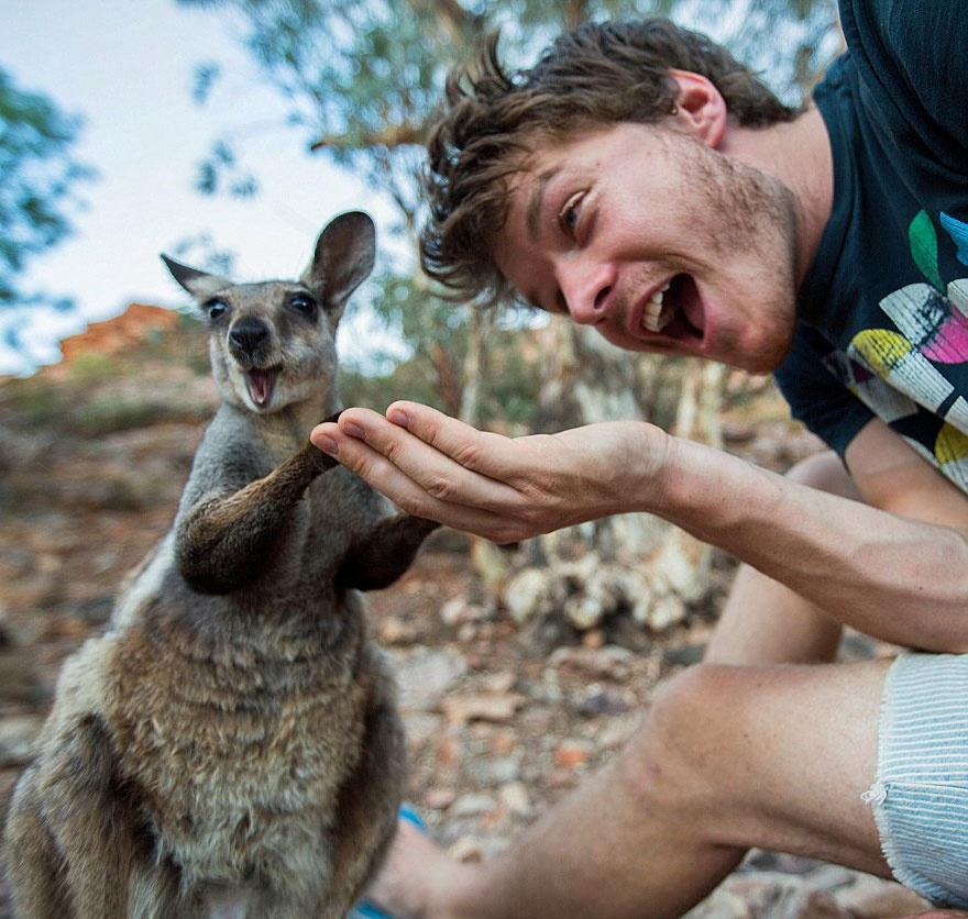 Інтернет підірвав красень, який робить надзвичайні селфі з тваринами  - фото 6