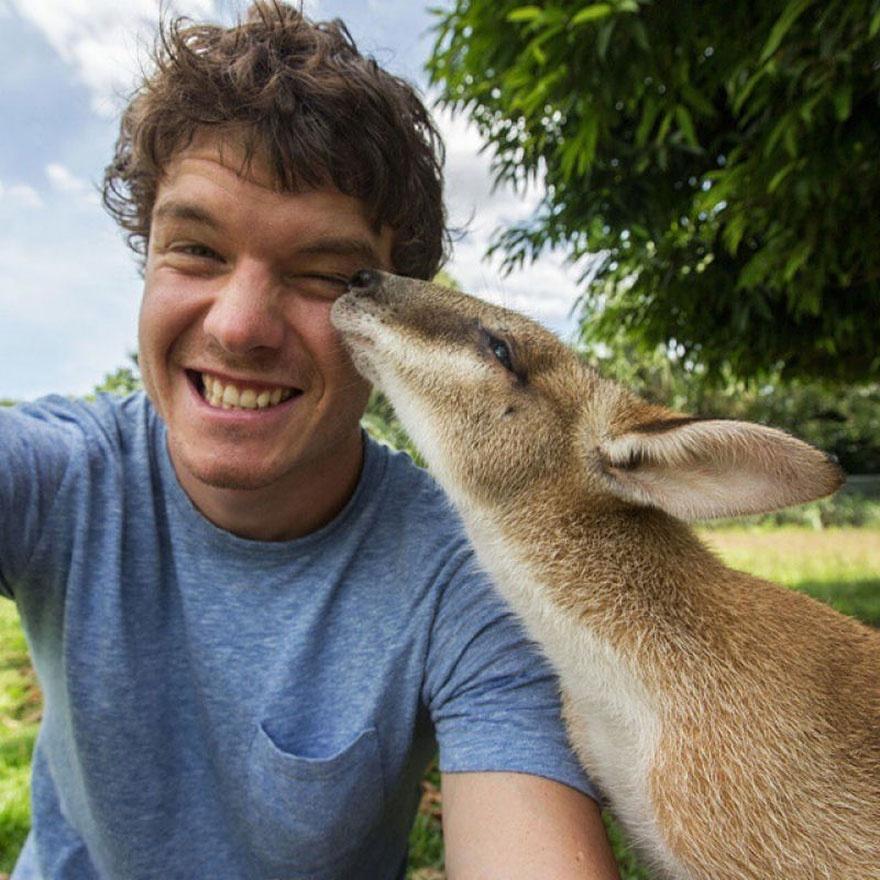 Інтернет підірвав красень, який робить надзвичайні селфі з тваринами  - фото 5
