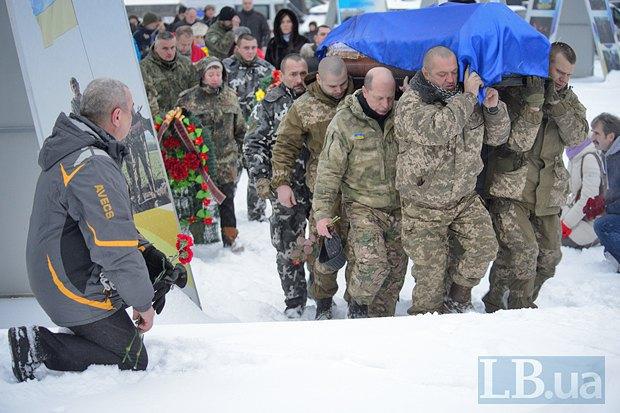 Як у Києві на колінах прощалися із загиблим у зоні АТО офіцером поліції - фото 4