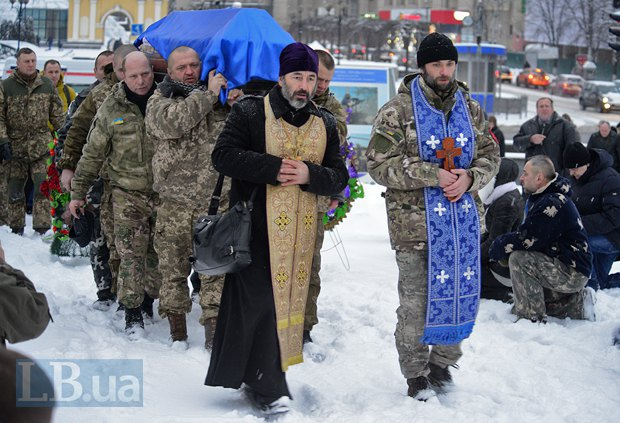 Як у Києві на колінах прощалися із загиблим у зоні АТО офіцером поліції - фото 3