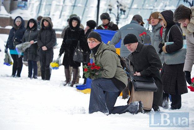 Як у Києві на колінах прощалися із загиблим у зоні АТО офіцером поліції - фото 2