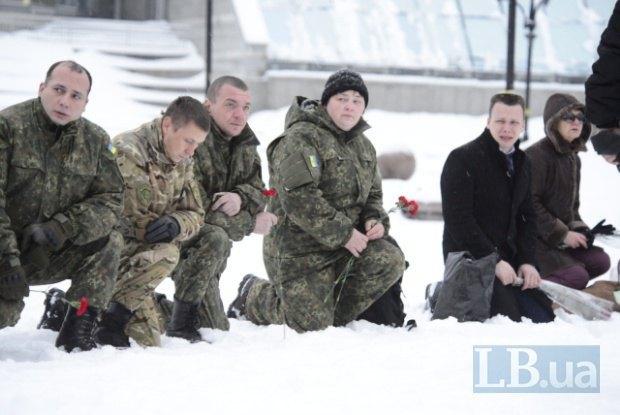 Як у Києві на колінах прощалися із загиблим у зоні АТО офіцером поліції - фото 1