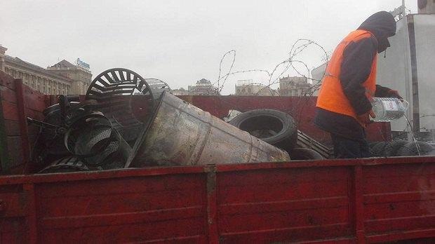 """Комунальники почали розбирати намети """"Майдану-3"""" - фото 4"""