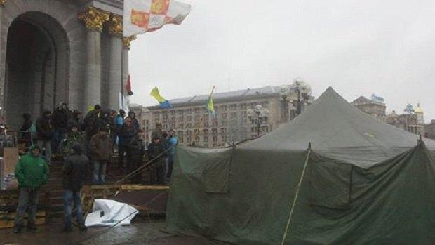 """Комунальники почали розбирати намети """"Майдану-3"""" - фото 1"""