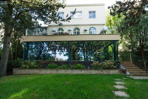 Азвров-молодший продає будинок в Австрії - фото 1