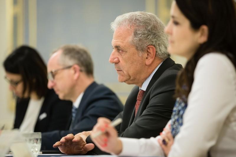 """Порошенко обговорив з комісаром ЄС """"швидке схвалення"""" безвізового режиму - фото 2"""