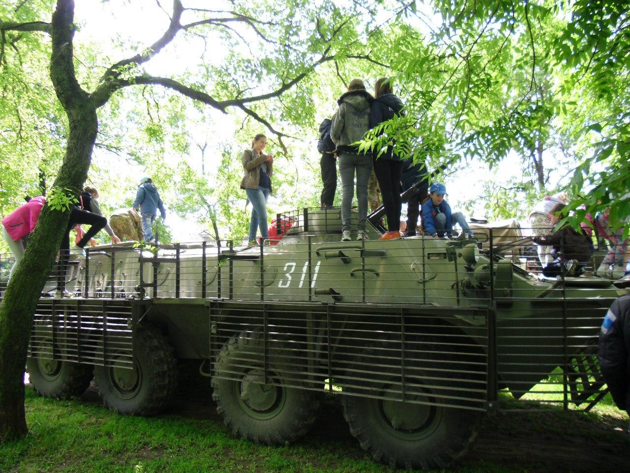 Миколаївці прийшлі вітати ветеранів із рекламою пива