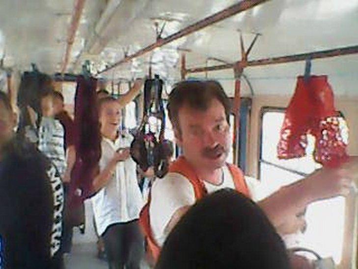 В Одесі дівчина вирішила посушити в трамваї нижню білизну - фото 2