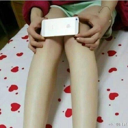 Новий флешмоб по вимірюванню товщини колін підірвав інтернет  - фото 1