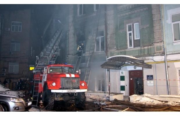 Пожежа у житловому будинку в Києві: загинула жінка, постраждали діти і поліцейський - фото 3