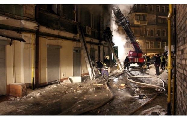 Пожежа у житловому будинку в Києві: загинула жінка, постраждали діти і поліцейський - фото 1