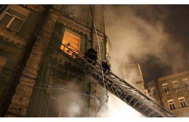 Пожежа у житловому будинку в Києві: загинула жінка, постраждали діти і поліцейський - фото 2