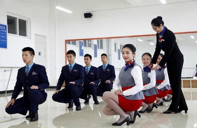 Гірше, ніж в армії: Як тренують стюардес у Китаї - фото 3