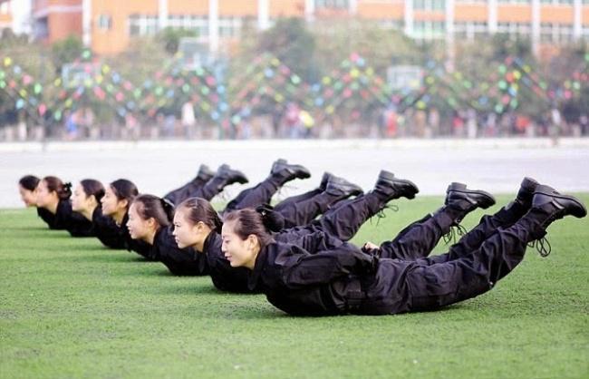 Гірше, ніж в армії: Як тренують стюардес у Китаї - фото 5